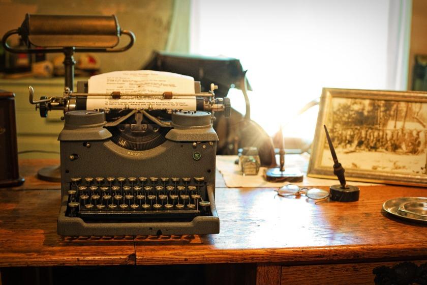 typewriter-2095754_1920